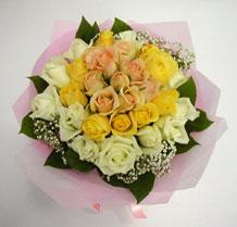 sari ve beyaz gül karisimda   sincan çiçekçi Ankara Sincan internetten çiçek satışı