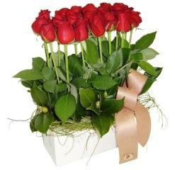 Ankara Sincan hediye sevgilime hediye çiçek  12 adet kirmizi güllerden sepet tanzimi