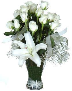cam içerisinde 11 beyaz gül ve 1 kazablanka  Ankara Sincan online çiçek gönderme sipariş