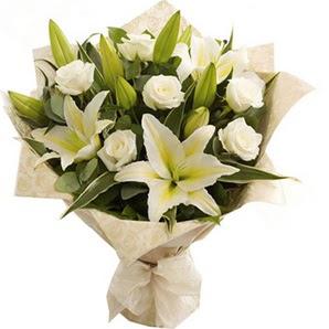 Ankara Sincan kaliteli taze ve ucuz çiçekler  3 dal kazablanka ve 7 adet beyaz gül buketi