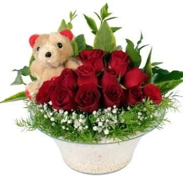 Cam tabakta 7 adet kırmızı gül ve küçük ayı  Ankara Sincan çiçek siparişi vermek