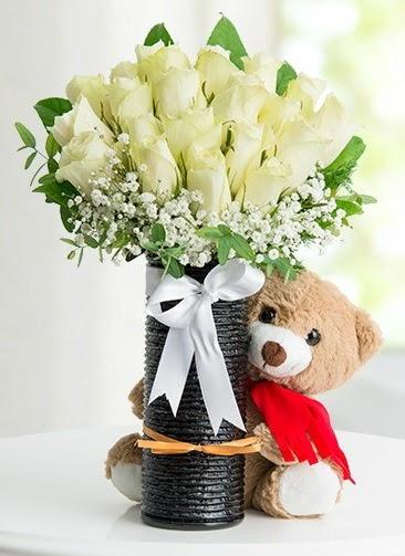 Cam vazoda 25 beyaz gül ve peluş ayı  Ankara Sincan çiçek siparişi sitesi